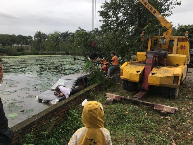Ô tô 7 chỗ ngụp lặn giữa hồ sen, hiện trường tai nạn khiến dân mạng ám ảnh - Ảnh 4.