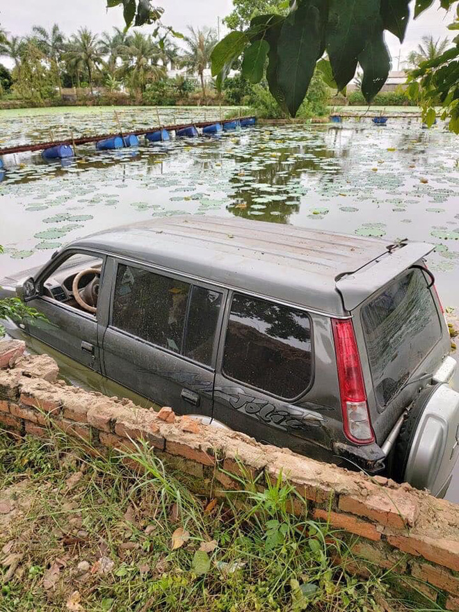 Ô tô 7 chỗ ngụp lặn giữa hồ sen, hiện trường tai nạn khiến dân mạng ám ảnh - Ảnh 2.