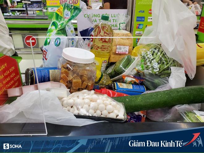 Sợ Covid-19 lây lan, siêu thị lớn tại Hà Nội dựng vách ngăn, dán miếng giữ khoảng cách - Ảnh 2.