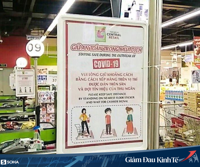 Sợ Covid-19 lây lan, siêu thị lớn tại Hà Nội dựng vách ngăn, dán miếng giữ khoảng cách - Ảnh 5.