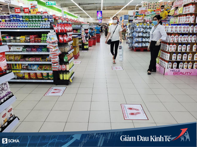Sợ Covid-19 lây lan, siêu thị lớn tại Hà Nội dựng vách ngăn, dán miếng giữ khoảng cách - Ảnh 6.
