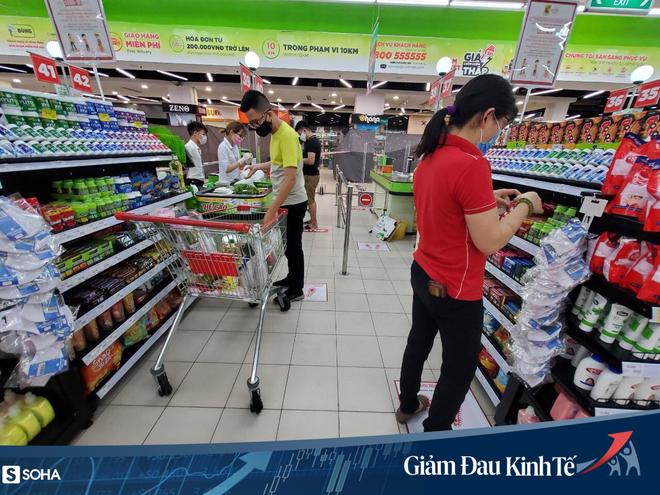 Sợ Covid-19 lây lan, siêu thị lớn tại Hà Nội dựng vách ngăn, dán miếng giữ khoảng cách - Ảnh 7.
