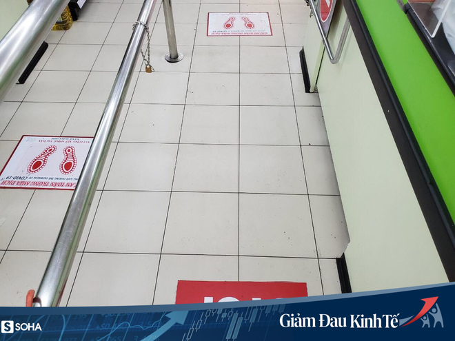 Sợ Covid-19 lây lan, siêu thị lớn tại Hà Nội dựng vách ngăn, dán miếng giữ khoảng cách - Ảnh 8.