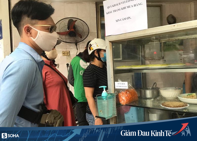 Sợ Covid-19 lây lan, siêu thị lớn tại Hà Nội dựng vách ngăn, dán miếng giữ khoảng cách - Ảnh 12.