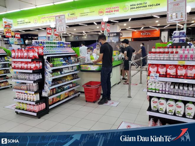 Sợ Covid-19 lây lan, siêu thị lớn tại Hà Nội dựng vách ngăn, dán miếng giữ khoảng cách - Ảnh 3.