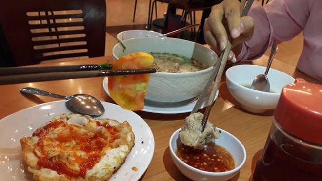 Chuyên gia khuyến cáo: Thói quen dùng đũa của người Việt tiềm ẩn nguy cơ lây lan bệnh tật - Ảnh 1.