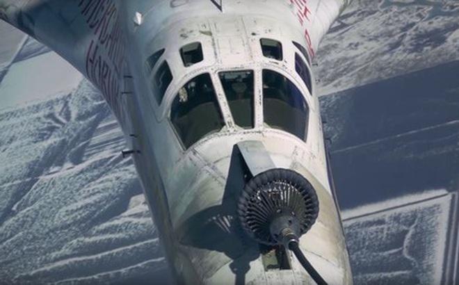 """Hình ảnh """"hiếm có"""" oanh tạc cơ Tu-160 Nga tiếp liệu trên không khi bay 600 km/h"""