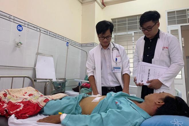 Người đàn ông nuốt tăm vào bụng xuyên dạ dày qua gan trong lúc nhậu được cứu sống - Ảnh 1.