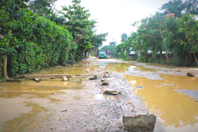 Chằng chịt ổ voi, ổ gà trên con đường đau khổ ở huyện nông thôn mới - Ảnh 4.