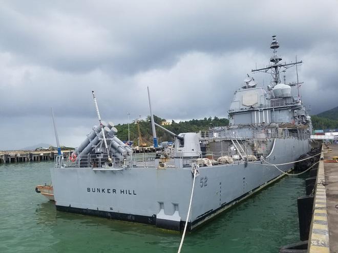 ẢNH: Cận cảnh tàu tuần dương khổng lồ của Hải quân Mỹ vừa cập cảng Đà Nẵng - Ảnh 1.