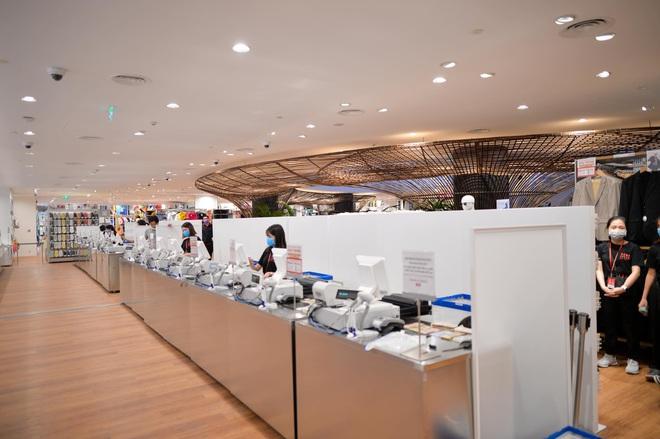 Bên trong cửa hàng Uniqlo đầu tiên ở Hà Nội: Nhiều mẫu sản phẩm mới có giá bình dân - Ảnh 11.