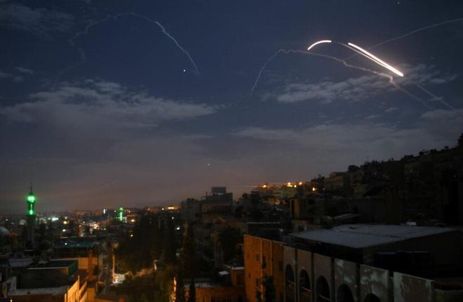 Syria bị tấn công ở cả miền Nam và miền Trung, các hệ thống phòng không đánh trả quyết liệt - Ảnh 1.