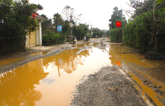 Chằng chịt ổ voi, ổ gà trên con đường đau khổ ở huyện nông thôn mới - Ảnh 2.