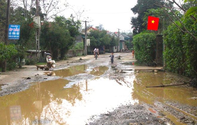 Chằng chịt ổ voi, ổ gà trên con đường đau khổ ở huyện nông thôn mới - Ảnh 11.