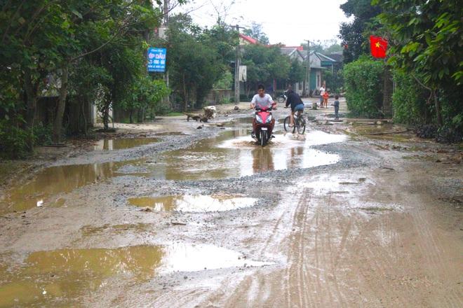 Chằng chịt ổ voi, ổ gà trên con đường đau khổ ở huyện nông thôn mới - Ảnh 8.