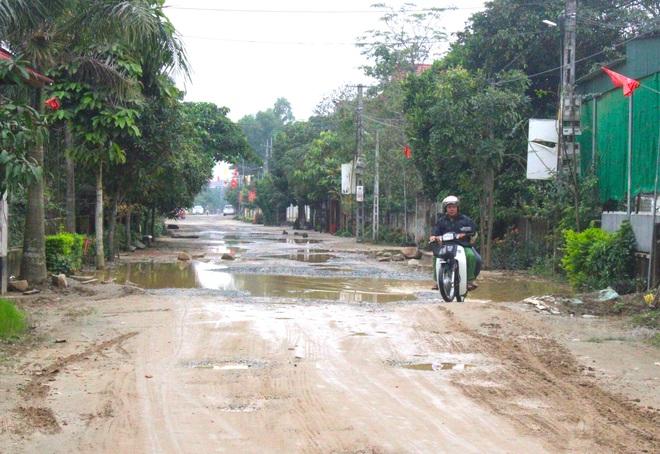 Chằng chịt ổ voi, ổ gà trên con đường đau khổ ở huyện nông thôn mới - Ảnh 10.