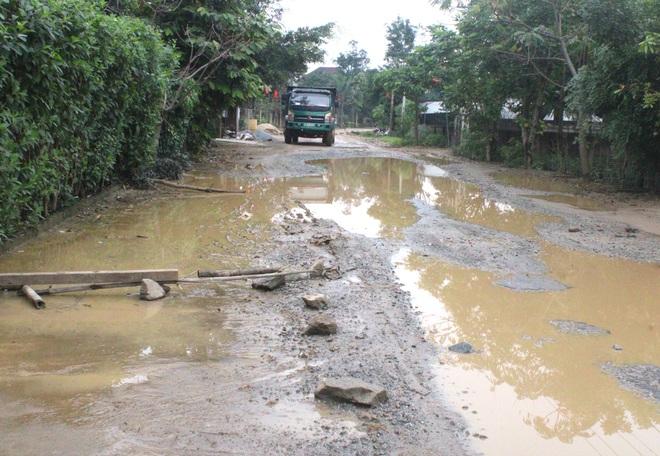 Chằng chịt ổ voi, ổ gà trên con đường đau khổ ở huyện nông thôn mới - Ảnh 7.