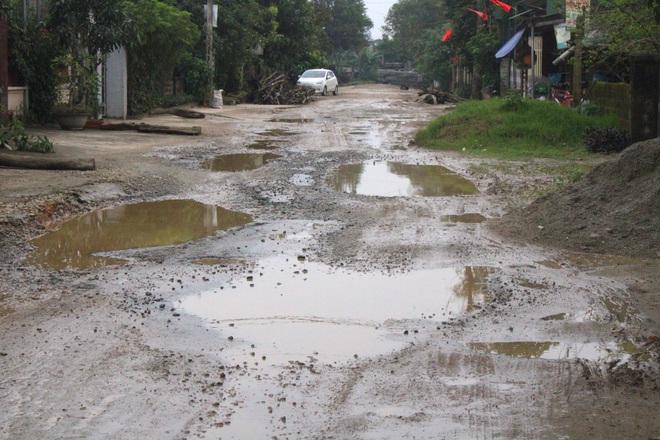 Chằng chịt ổ voi, ổ gà trên con đường đau khổ ở huyện nông thôn mới - Ảnh 6.