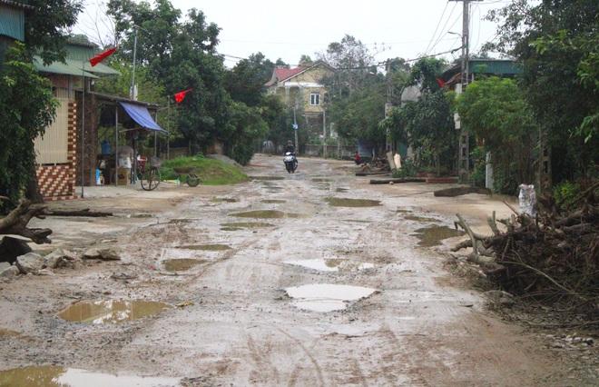 Chằng chịt ổ voi, ổ gà trên con đường đau khổ ở huyện nông thôn mới - Ảnh 1.