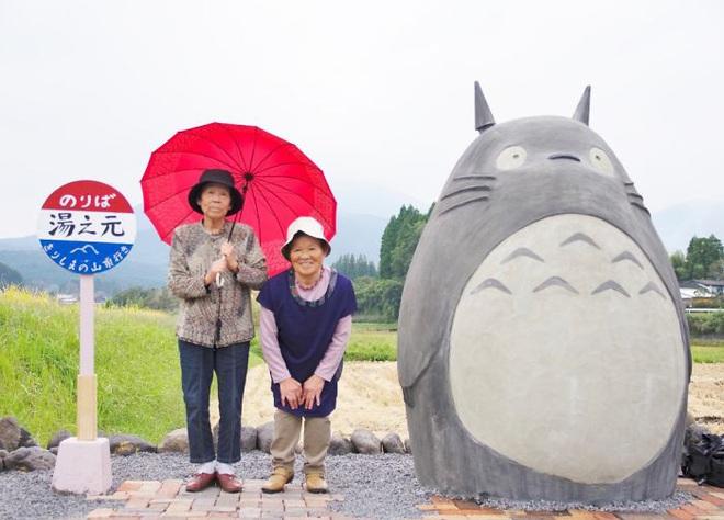 Mê phim hoạt hình Totoro, đôi vợ chồng già cặm cụi làm trạm xe bus độc nhất vô nhị, khách thi nhau tìm đến chụp ảnh - Ảnh 12.