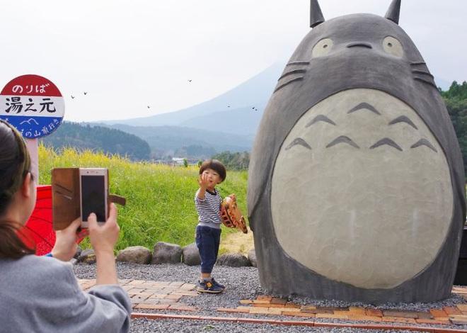 Mê phim hoạt hình Totoro, đôi vợ chồng già cặm cụi làm trạm xe bus độc nhất vô nhị, khách thi nhau tìm đến chụp ảnh - Ảnh 13.