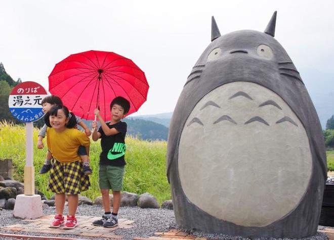 Mê phim hoạt hình Totoro, đôi vợ chồng già cặm cụi làm trạm xe bus độc nhất vô nhị, khách thi nhau tìm đến chụp ảnh - Ảnh 15.