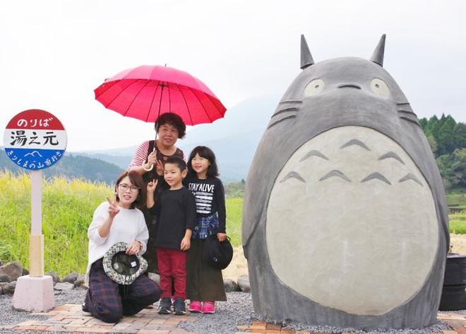 Mê phim hoạt hình Totoro, đôi vợ chồng già cặm cụi làm trạm xe bus độc nhất vô nhị, khách thi nhau tìm đến chụp ảnh - Ảnh 16.