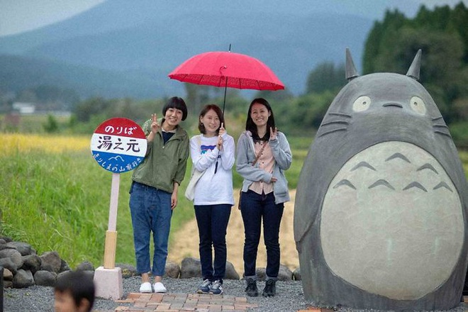 Mê phim hoạt hình Totoro, đôi vợ chồng già cặm cụi làm trạm xe bus độc nhất vô nhị, khách thi nhau tìm đến chụp ảnh - Ảnh 18.