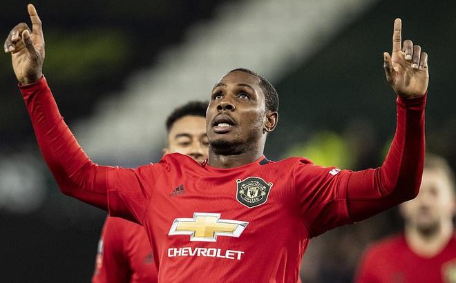 """Rooney ôm mặt thất vọng, Man United đại thắng nhờ """"sát thủ"""" trở về từ Trung Quốc"""