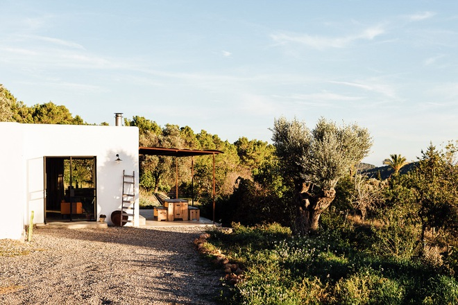 Căn nhà cấp 4 tạo ấn tượng đặc biệt nhờ kết hợp giữa kiến trúc hiện đại với thiên nhiên hoang sơ - Ảnh 4.