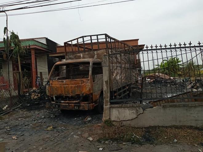 Vựa phế liệu cùng 2 xe tải và căn nhà bốc cháy dữ dội trong đêm, thiệt hại hơn 1 tỷ đồng - Ảnh 1.