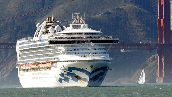 Mỹ: Du thuyền hàng chục người nhiễm Covid-19 được cập cảng, ông Trump nổi nóng - Ảnh 1.