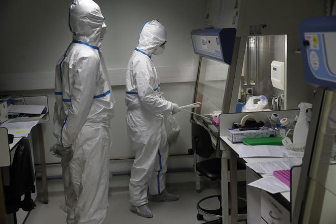Anh: TNV nhận 3.500 bảng Anh, chủ động nhiễm COVID-19 để phục vụ việc nghiên cứu phát triển vaccine đặc hiệu - Ảnh 1.