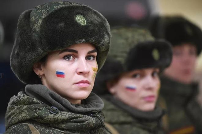 Ngỡ ngàng trước vẻ đẹp của các nữ quân nhân Nga - Ảnh 1.