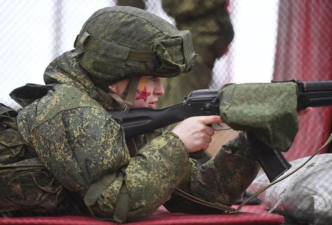 Ngỡ ngàng trước vẻ đẹp của các nữ quân nhân Nga - Ảnh 2.