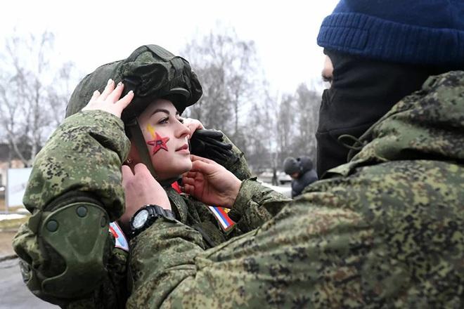 Ngỡ ngàng trước vẻ đẹp của các nữ quân nhân Nga - Ảnh 3.