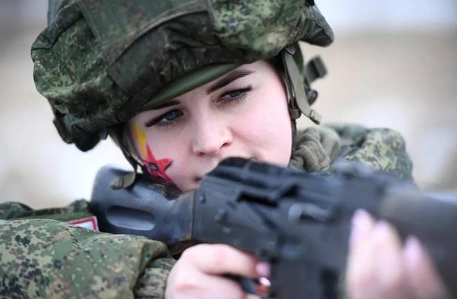 Ngỡ ngàng trước vẻ đẹp của các nữ quân nhân Nga - Ảnh 4.