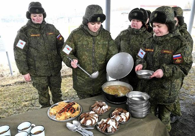 Ngỡ ngàng trước vẻ đẹp của các nữ quân nhân Nga - Ảnh 6.