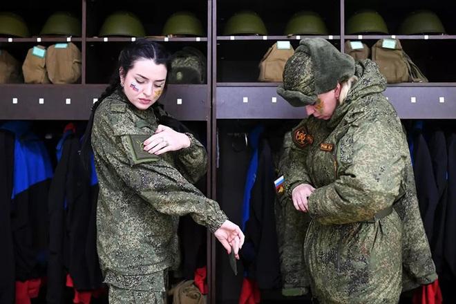 Ngỡ ngàng trước vẻ đẹp của các nữ quân nhân Nga - Ảnh 7.