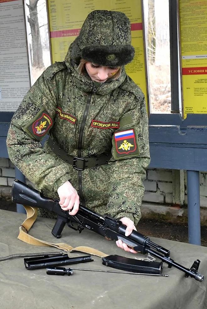 Ngỡ ngàng trước vẻ đẹp của các nữ quân nhân Nga - Ảnh 8.