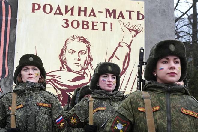Ngỡ ngàng trước vẻ đẹp của các nữ quân nhân Nga - Ảnh 10.