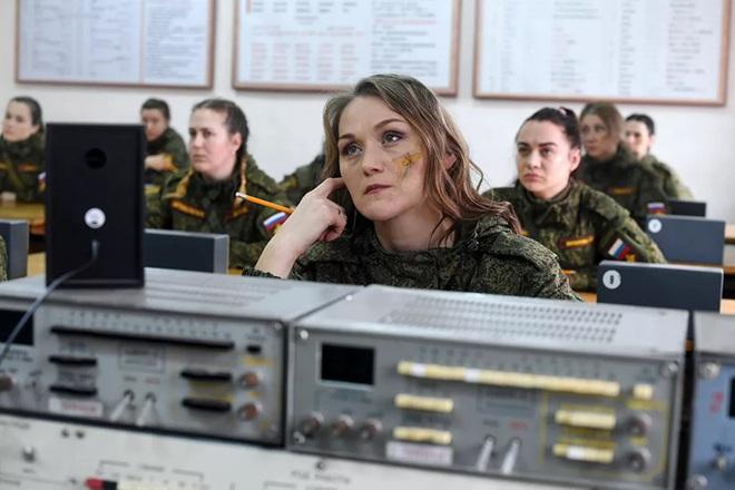 Ngỡ ngàng trước vẻ đẹp của các nữ quân nhân Nga - Ảnh 11.