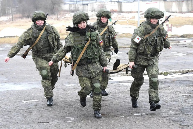 Ngỡ ngàng trước vẻ đẹp của các nữ quân nhân Nga - Ảnh 13.