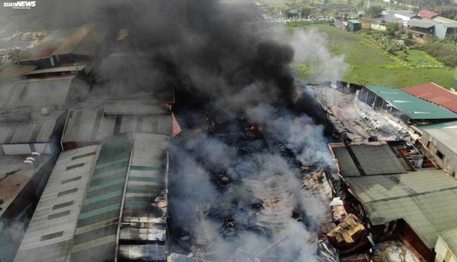 Khói đen cuồn cuộn bao trùm nhà xưởng rộng hàng trăm m2 ở Hà Nội - Ảnh 2.