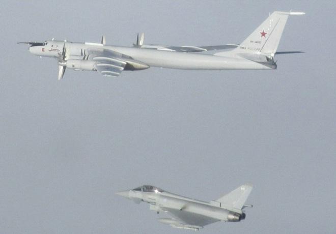 Biên đội máy bay chiến đấu Nga rút lui sau khi bị F-35 áp sát - Ảnh 15.