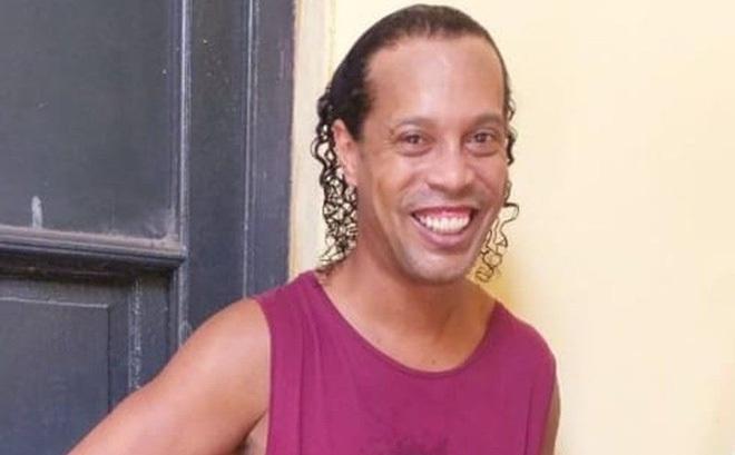 """Trước nguy cơ phải ngồi tù nhiều tháng, Ronaldinho nở nụ cười """"nhăn nheo"""" trong nhà giam"""