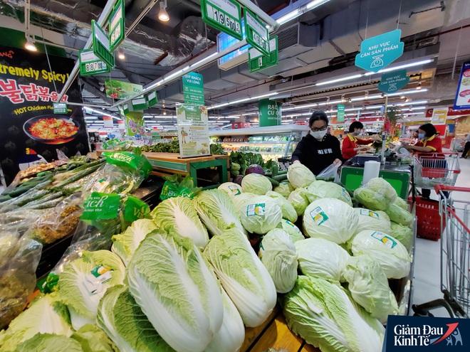 Nhân viên đeo mặt nạ bán hàng, siêu thị hàng hóa ngập kệ trong ngày đầu cách ly xã hội - Ảnh 8.