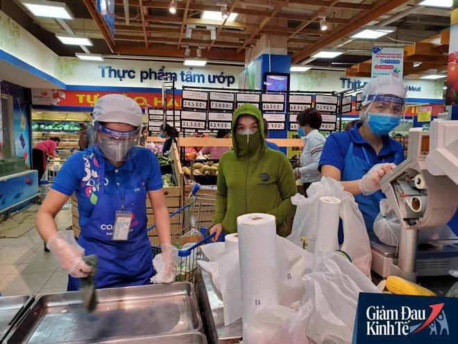 Nhân viên đeo mặt nạ bán hàng, siêu thị hàng hóa ngập kệ trong ngày đầu cách ly xã hội - Ảnh 5.