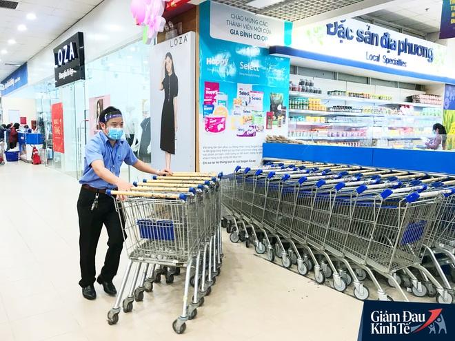 Nhân viên đeo mặt nạ bán hàng, siêu thị hàng hóa ngập kệ trong ngày đầu cách ly xã hội - Ảnh 7.