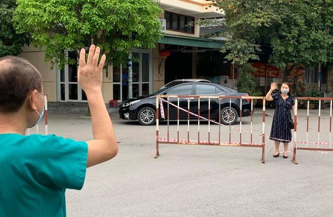 Xúc động khoảnh khắc bác sĩ Bệnh viện dã chiến số 2 Quảng Ninh gặp vợ và nói chuyện từ xa qua hàng rào chắn - Ảnh 1.